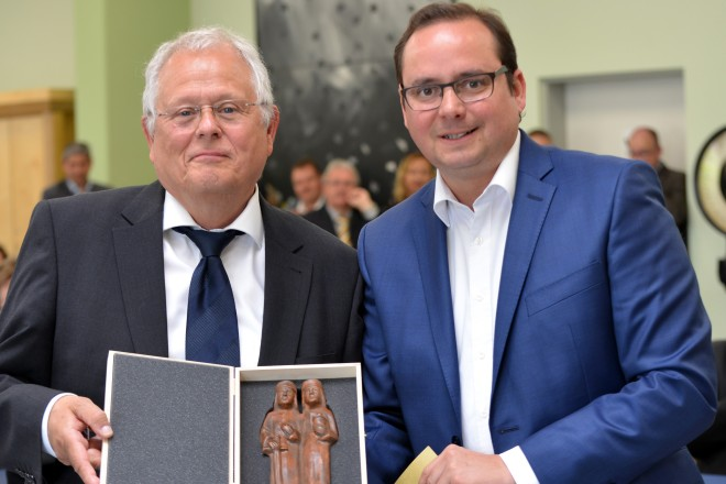 Oberbürgermeister Thomas Kufen verabschiedet den Geschäftsführers der Jugendberufshilfe Jochen Drewitz.