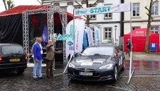 Bürgermeister Rudolf Jelinek (2.v.l.) startet die Electric Vehicle Trophy in Kettwig.