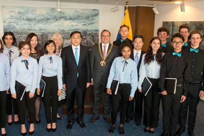Ein Ständchen in chinesischer Sprache brachten die Schülerinnen und Schüler des Essener Burggymnasiums den Gästen.