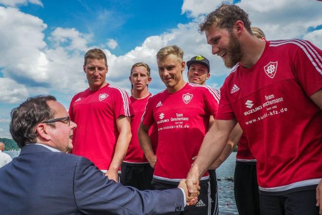 Oberbürgermeister Thomas Kufen bei der Siegerehrung des 46. Internationalen Deutschland-Cup 2017 am Baldeneysee. Auf dem Foto: Thomas Kufen übergibt dem Turnierzweiten KRV Rothe Mühle den Pokal.