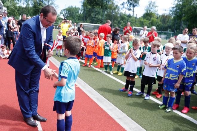 Oberbürgermeister Thomas Kufen bei der Siegerehrung des TUSEM Bambini Turniers. Alle wurden Erster.