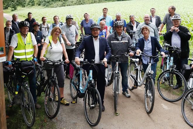 Oberbürgermeister Thomas Kufen (3.v.l.) und Beigeordnete Simone Raskob (3.v.r.) weihen die neue Berg Route für Radfahrer ein.