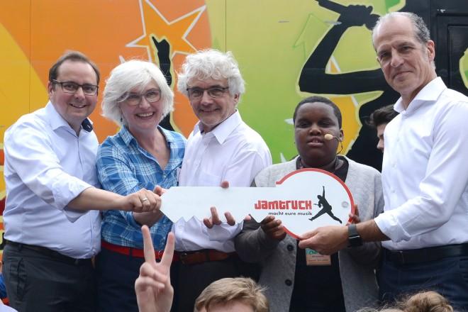 Jamtruck- Fest an der Weststadthalle Winfried Kneip, Geschäftsführer der Stiftung Mercator, (stehend 2.v.r ) überreicht Oberbürgermeister Thomas Kufen (stehend links) symbolisch den Jamtruckschlüssel