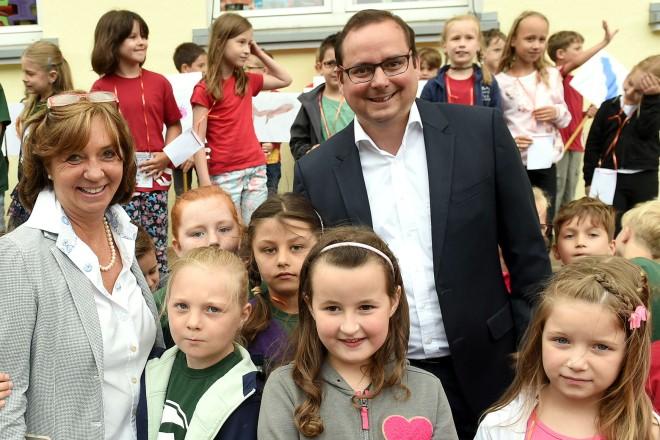 Oberbürgermeister Thomas Kufen besucht das Schulfest der Eichendorffschule in Schönebeck. Oberbürgermeister Thomas Kufen und die Schulleiterin Maritta Zuhorn mit den Kindern der Eichendorffschule