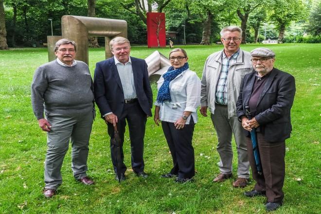 Bürgermeister Franz Josef Britz besucht das Skulpturenfest am Moltkeplatz v.l.n.r.: Volker Wagenitz (Kunst am Moltkeplatz), Bürgermeister Franz Josef Britz, Barbara Rörig (Mitglied im Kulturausschuss), Hans Aring (Mitglied im Kulturausschuss), Gerd Mahler (Kunst im öffentlichen Raum).