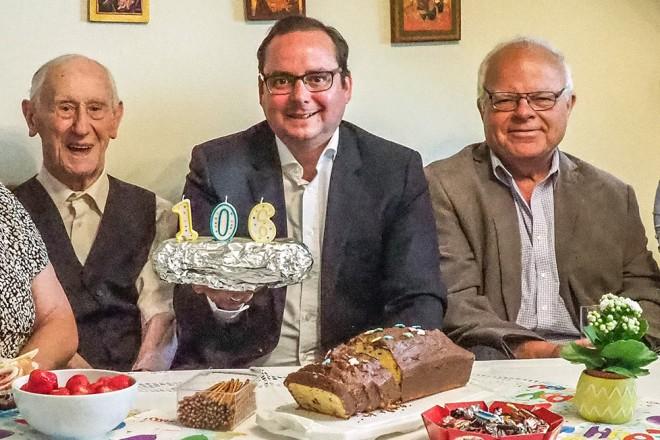 Oberbürgermeister Thomas Kufen (4.v.r) gratuliert Heinrich Homann (5.v.r) zum 106. Geburtstag