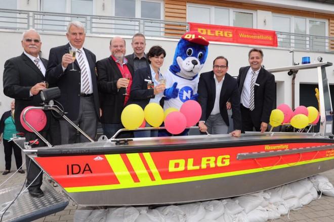 Oberbürgermeister Thomas Kufen (2.v.r) bei der Bootstaufe des DLRG-Motorrettungsboot
