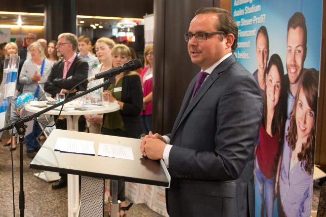 Oberbürgermeister Thomas Kufen eröffnet die 2. Messe der Behörden für Ausbildung, Studium und Beruf im Rathausfoyer.