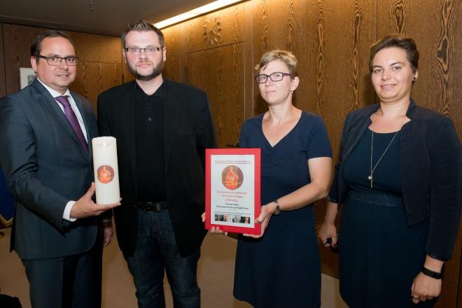 überreichten die Flamme der Hoffnung an Oberbürgermeister Thomas Kufen. V.r.n,l.: Doreen Adam, Martina Stamm und Engelbert Petsch.