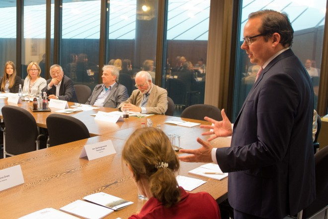 Oberbürgermeister Thomas Kufen begrüßt den Arbeitskreis für Internationale Angelegenheiten des Deutschen Städtetages im Essener Rathaus.