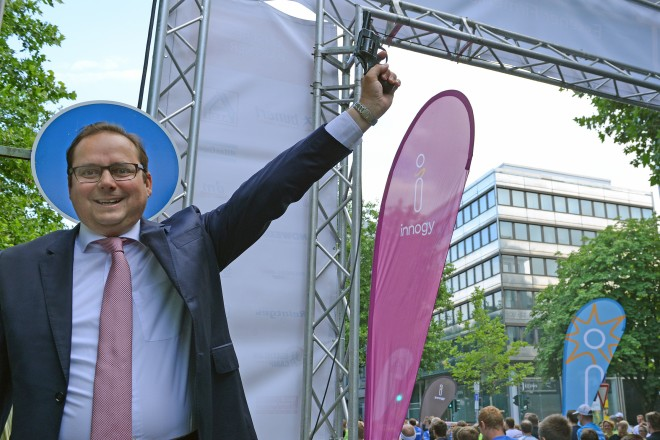 Oberbürgermeister Thomas Kufen gibt den Startschuss zum 7.Essener Firmenlauf