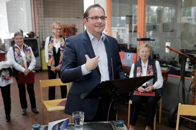 """Im Rahmen der Veranstaltung """"Kultur im Laden"""" liest Oberbürgermeister Thomas Kufen im 123 Autoservice."""