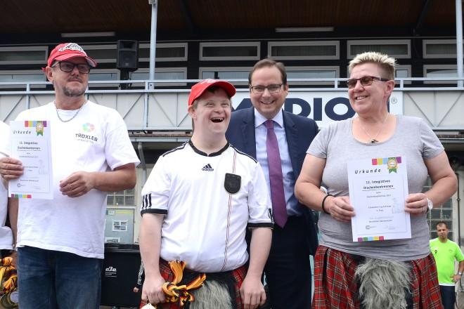 Oberbürgermeister Thomas Kufen ehrt die Teilnehmer des 12. integrativen Drachenbootrennen