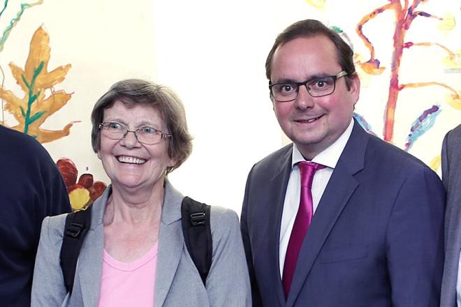 Oberbürgermeister Thomas Kufen besucht die Veranstaltung Werden hilft...eine Kunstausstellung. v.l.n.r:Dr. Michael Bonnmann, Ulla Lötzer, Oberbürgermeister Thomas Kufen und Frank Brückmar