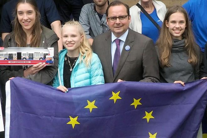Oberbürgermeister Thomas Kufen bei der Preisübergabe Ey yoU-Was denkst Du zur EU.