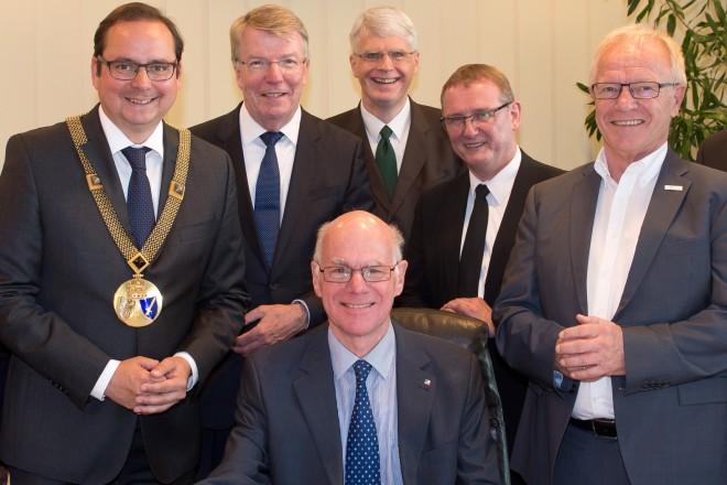 Im Beisein von Oberbürgermeister Thomas Kufen (2.v.l.), Bürgermeister Rudolf Jelinek (links), Bürgermeister Franz-Josef Britz sowie den Fraktionsvorsitzenden trägt sich Bundestagspräsident Prof. Dr. Norbert Lammert in das Stahlbuch der Stadt Essen ein.