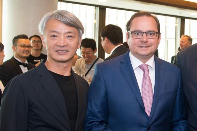 Oberbürgermeister Thomas Kufen (2.v.l.) beim Stadtempfang zur diesjährigen Red Dot Award-Preis-Verleihung. Neben ihm (2.v.r.) Prof. Dr. Peter Zec sowie die Jury Mitglieder Chen Chung Yao (links) und Gordon Bruce (rechts).