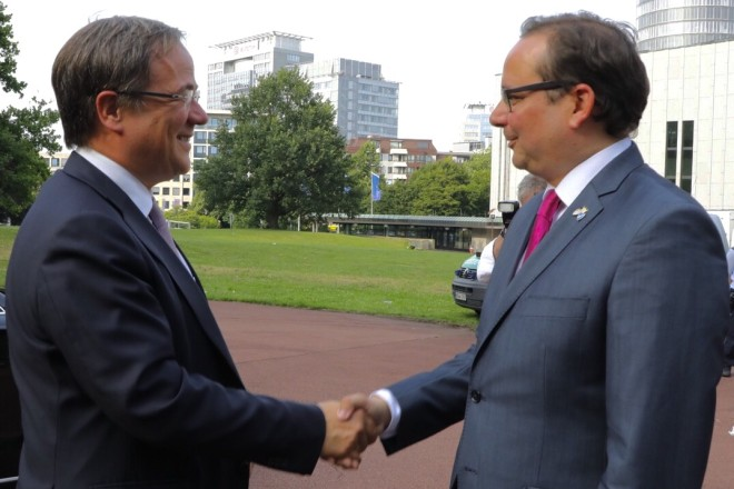 Oberbürgermeister Thomas Kufen (rechts) begrüßt NRW-Ministerpräsident Armin Laschet