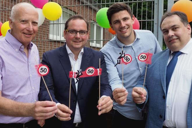 50-jähriges Jubiläum des Volleyball Vereins Humann . Auf dem Foto v.l.n.r: Klaus Bast, Oberbürgermeister Thomas Kufen, Lukas Hußmann (Kapitän 1. Mannschaft) und Stefan Uhlmann (Direktor am Humann-Gymnasium).