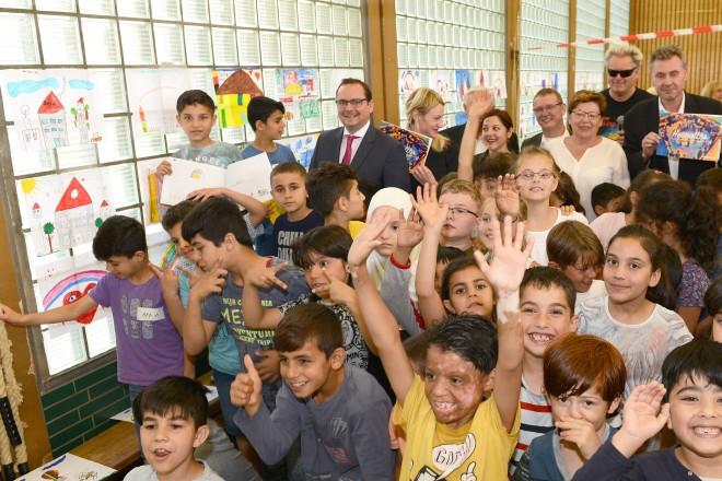 Oberbürgermeister Thomas Kufen bei der Ausstellungseröffnung und Buchpräsentation eines Projektes mit Flüchtlingskindern an der Maria-Kunigunda-Schule