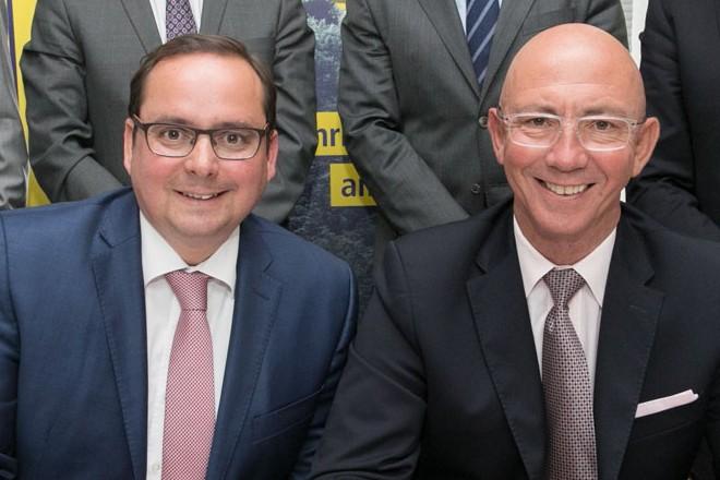 Foto: die Oberbürgermeister der Städte Essen und Mülheim a.d. Ruhr unterzeichnen die Verträge Ruhrbahn
