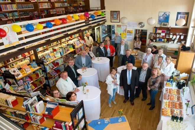 Bürgermeister Rudolf Jelinek (1.Reihe, 2.v.l.) gratuliert zum 20-jähriges Jubiläum des Freundeskreises der Stadtteilbücherei Katernberg e.V.
