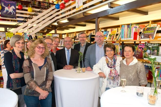 Bürgermeister Rudolf Jelinek (Mitte) gratuliert zum 20-jähriges Jubiläum des Freundeskreises der Stadtteilbücherei Katernberg e.V.