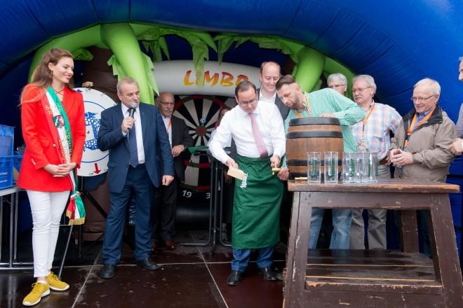 Oberbürgermeister Thomas Kufen beim Faßanstich auf dem Sommerfest an der Gruga.