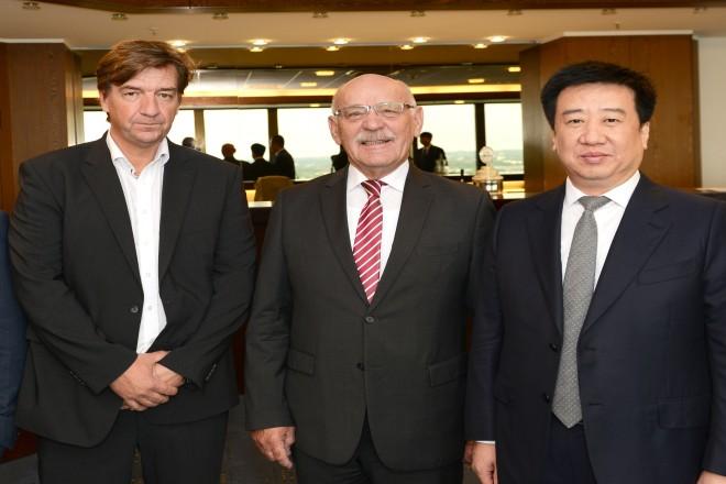 Bürgermeister Rudolf Jelinek begrüßt eine Delegation aus Jincheng v.l.n.r : Andreas Grubert, Bürgermeister Rudolf Jelinek und Mayer Wu Hongwen