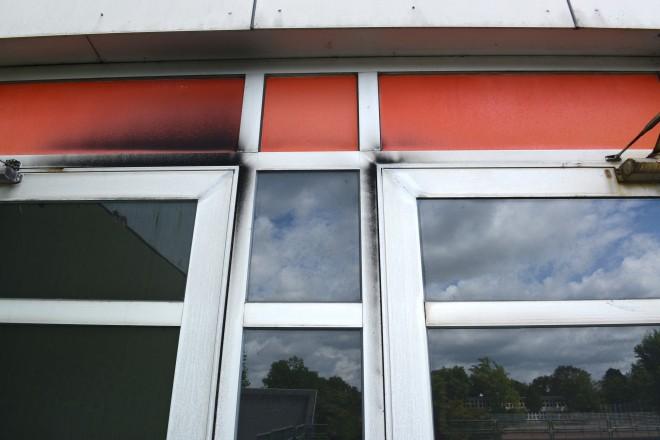 Verrußte Nottür zum 1. Obergeschoss der Gesamtschule Bockmühle.