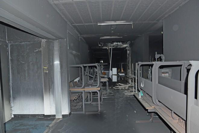 Ein an den Brandherd angrenzender, verrußter Flur im 1. Obergeschoss der Gesamtschule Bockmühle.