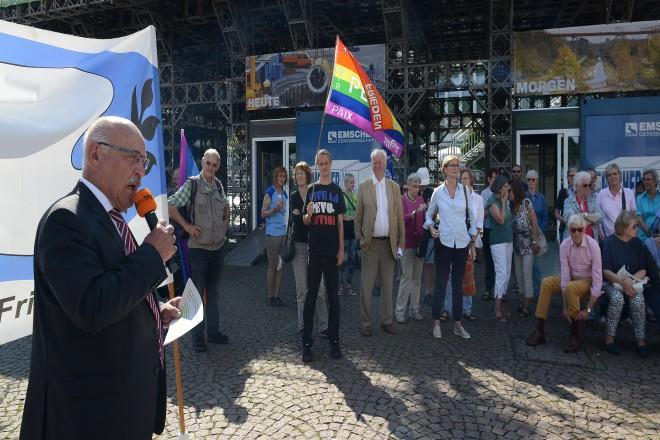 Bürgermeister Rudolf Jelinek spricht bei der Hiroshima-Aktion des Essener Friedensforum auf dem Kennedyplatz