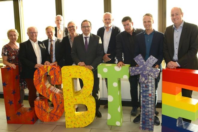 Oberbürgermeister Thomas Kufen ( Mitte ) gibt einen Begrüßungsempfang anlässlich des Christopher Street Days