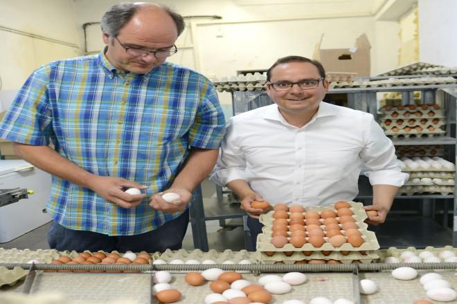 Oberbürgermeister Thomas Kufen besucht den Bauernhof von Landwirt Hubertus Budde um sich über den Eierskandal Fipronil zu informieren.