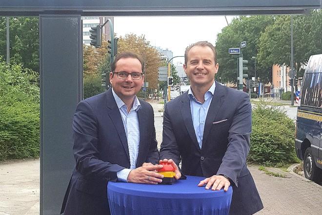 Oberbürgermeister Thomas Kufen und Alexander Stotz, Geschäftsführer der Ströer Media Deutschland GmbH, starten die digitale Werbetafel