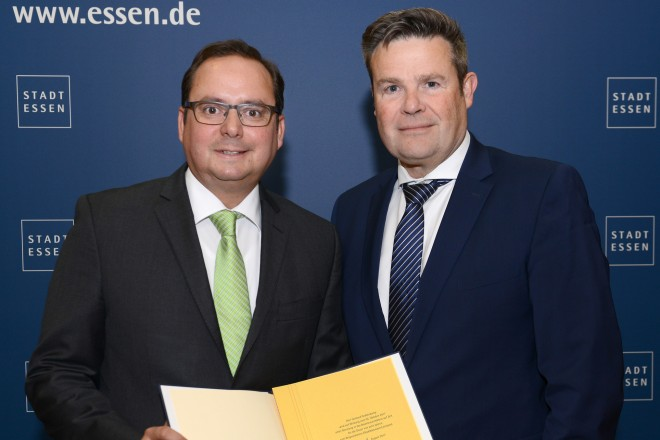 Oberbürgermeister Thomas Kufen überreicht Gerhard Grabenkamp die Ernennungsurkunde zum Stadtkämmerer