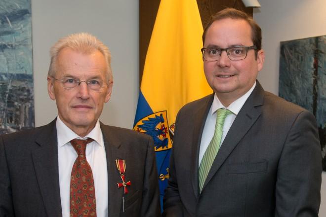 Oberbürgermeister Thomas Kufen überreicht das Bundesverdienstkreuz an Prof. Dr. Wilfried Breyvogel.