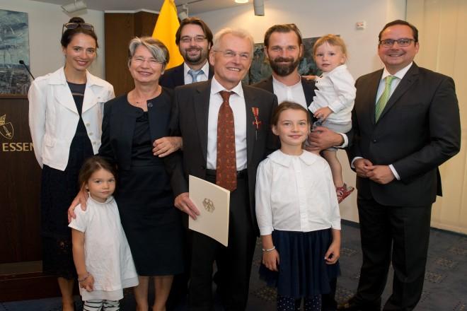 Oberbürgermeister Thomas Kufen (rechts) mit Familie Breyvogel.