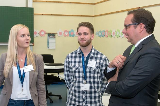 """Oberbürgermeister Thomas Kufen im Gespräch mit Nachwuchskräften der Übungsfirma """"InOffice""""."""