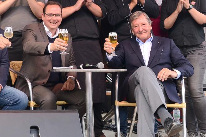 Oberbürgermeister Thomas Kufen eröffnet die Gourmetmeile Metropole Ruhr auf Zollverein vorderste Reihe v.l.n.r : Rainer Bierwirth, Oberbürgermeister Thomas Kufen und Hermann Marth dahinter die teilnehmenden Köchinnen und Köche