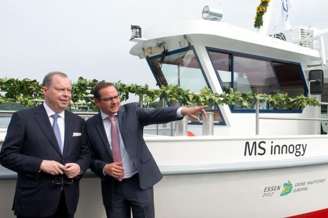 """Oberbürgermeister Thomas Kufen (rechts) und Peter Terium, Vorstandsvorsitzender der innogy SE kurz vor der Schiffstaufe der """"MS innogy""""."""