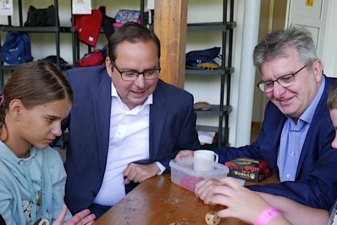 Foto: Oberbürgermeister Thomas Kufen und Jugenddezernent Peter Renzel besuchen die Ferienbetreuung der Jugendhilfe Essen im Emil-Frick-Haus.