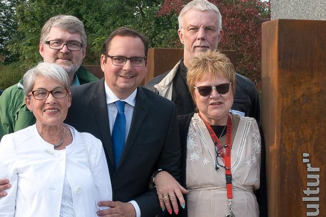 Oberbürgermeister Thomas Kufen mit Mitgliedern der Bezirksvertretung bei der Übergabe des Bahnhofs Borbeck nach Umbauarbeiten.