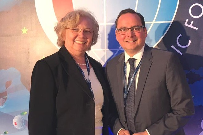 Thomas Kufen und Małgorzata Mańka-Szulik beim Wirtschaftsforum in Krakau.