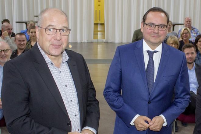 Oberbürgermeister Thomas Kufen und Allbau-Geschäftsführer Dirk Miklikowski (links) bei der Belegschaftsversammlung der Allbau GmbH.