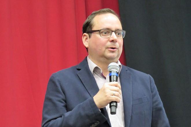 Oberbürgermeister Thomas Kufen eröffnet die Jugendausbildungsmesse im Grashof Gymnasium