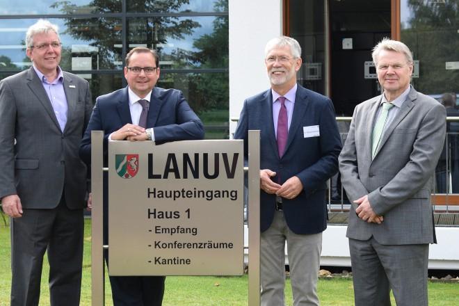Oberbürgermeister Thomas Kufen ( 2.v.l ) besucht das LANUV- Fest