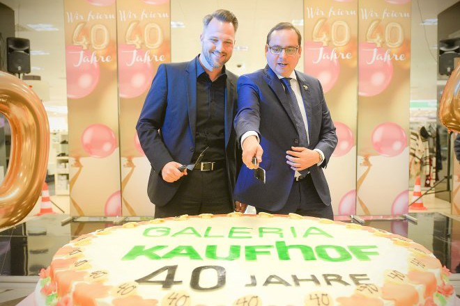 40 Jahre Galeria Kaufhof Oberbürgermeister Thomas Kufen und Kaufhof- Filialleiter Michael Langer vor der großen Geburtstagstorte