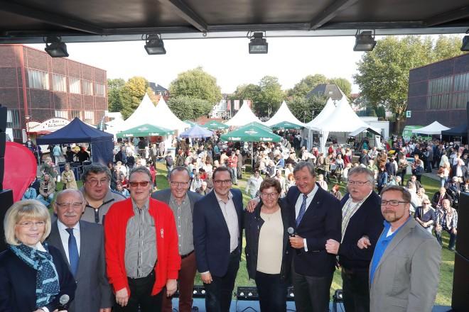 Oberbürgermeister Thomas Kufen (Mitte) erföffnet das Zechenfest auf Zollverein.