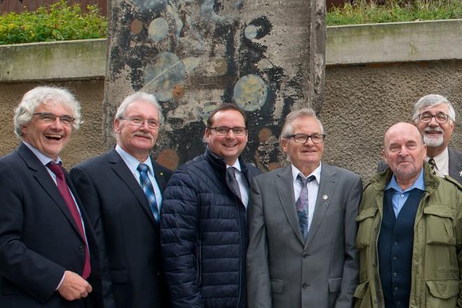 Feierliche Übergabe von Mauerelementen der Berliner Mauer vor der Kreuzeskirche.